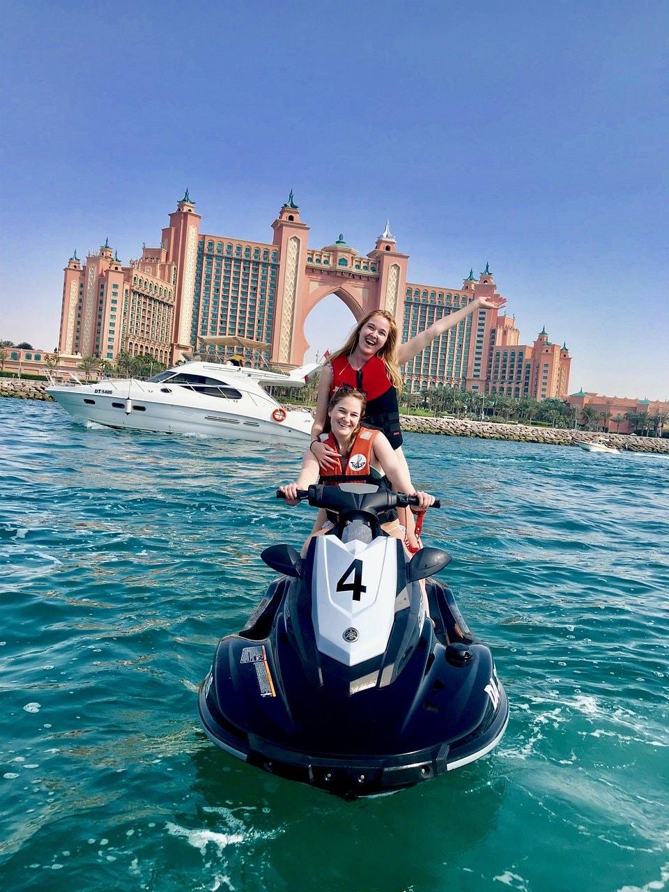 אופנוע ים על רקע מלון אטלנטיס